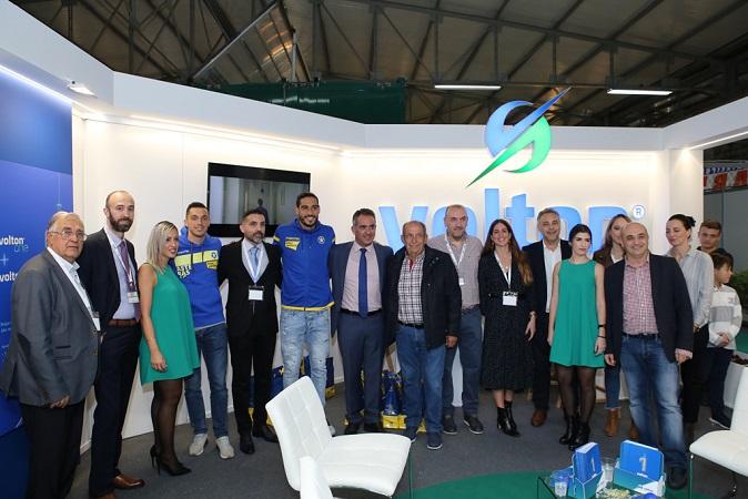 Τα στελέχη της Volton με τον πρόεδρο του Επιμελητηρίου Αρκαδίας και τους ποδοσφαιριστές του Αστέρα Τρίπολης